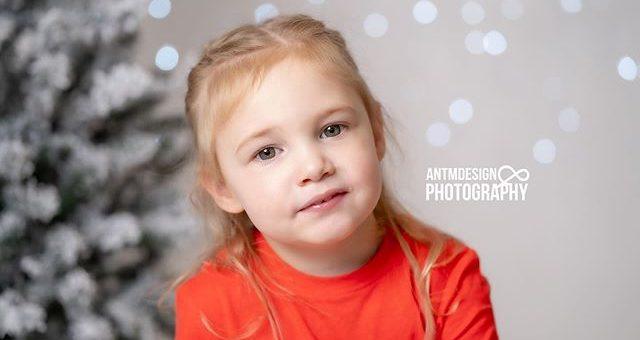 Not long till Christmas now! This cutie was just one of many who came in for a Christmas Mini Shoot. #christmas #portraitphotography #christmasportraits #familyportraits #melbournephotographer #studiophotography #christmastree #fairylights #childrenportraits #portrait #headshots #onelightsetup #sonya7iii #sonyaustralia #85mm18